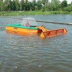 Barca taiat stuf C485 - Barca dotata cu cupa tip buldozer pentru strangerea gunoaielor