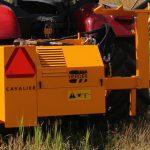Herder Cavalier • unitatea hidraulica prinsa in spatele tractorului in 3 puncte si suportul de sprijin al bratului pe timpul transportului