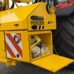 Herder Grenadier • unitatea hidraulica este prevazuta cu marcaje de siguranta, lampi de lucru LED si o cutie mare pentru scule pozitionata in sistemul de ridicare al tractorului