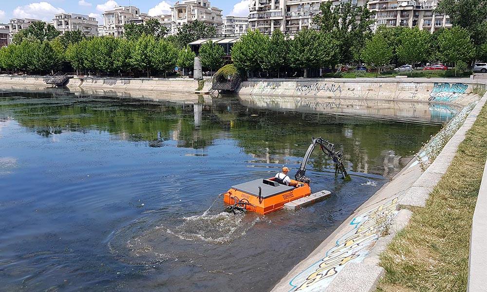 Operatiuni de curatare a vegetatiei acvatice pe Dambovita, Bucuresti • Utilaje Conver livrate de Ozon Company